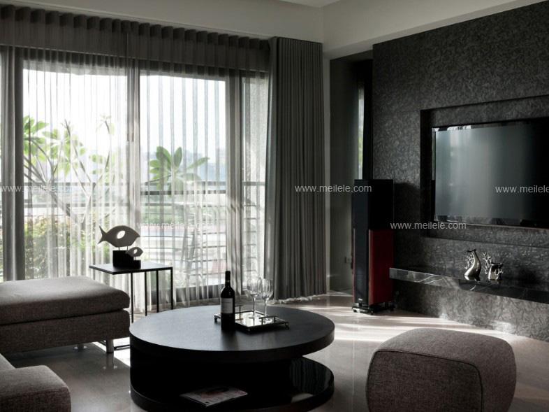 客厅窗帘装修效果图:整个空间以沉稳的黑色为主,落地式窗户